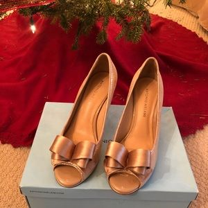 Gorgeous gold peep toe pump with bow detail size 8